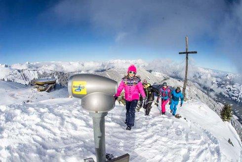 Familie am Gipfelkreuz Spieljoch im Winter