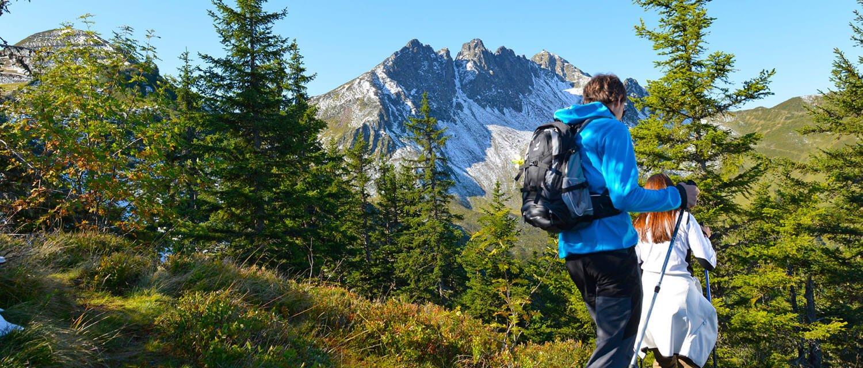 Wanderer im Zillertal mit Panorama