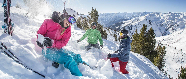 Schneeballschlacht Spaß im Schnee Zillertal