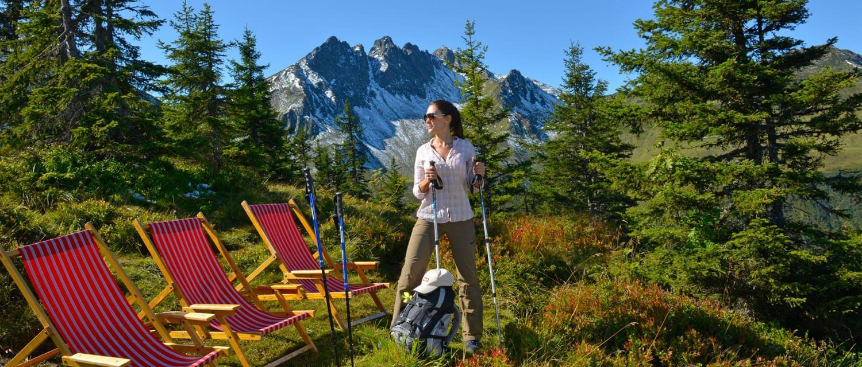Wanderer rasten bei Liegestühlen im Zillertal