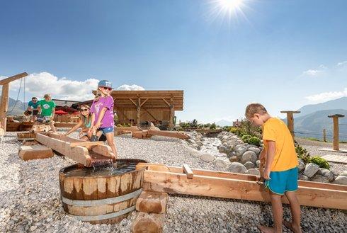 Kinder spielen im Kinderland Zillertal