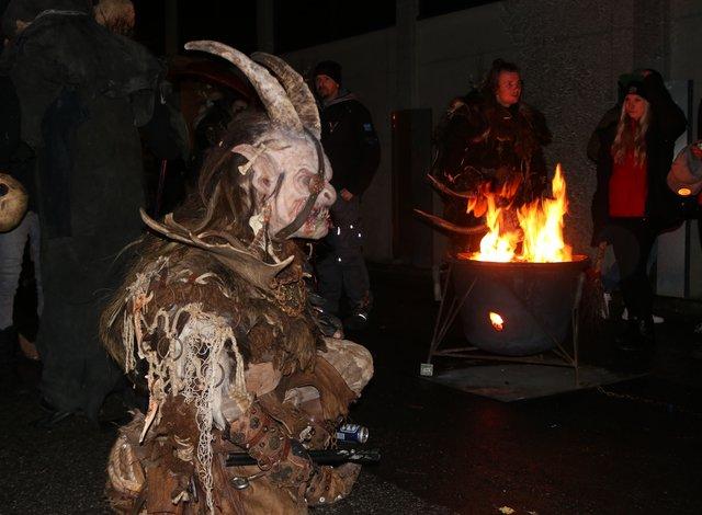 Teufel neben Feuerkessel