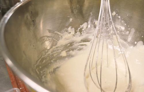 Mehl und Milch wird verrührt