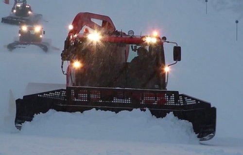 Pistenraupe im Skigebiet