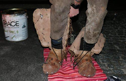 Anziehen von alten Schuhen mit Nieten
