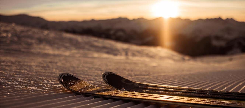 Skifahren mit Sonnenaufgang
