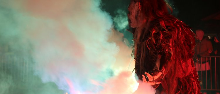 Krampus mit Feuerkessel