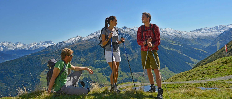 Wanderer rasten am Berg im Zillertal