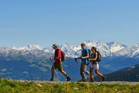 Wandern in Fügen im Zillertal mit Bergpanorama