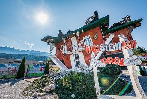 Außenansicht Haus steht Kopf Tirol