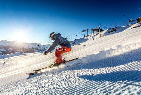 Skifahrer im Skigebiet Hochzillertal Schönwetter