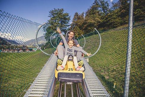 Vater und Kind beim Arena Coaster fahren im Zillertal