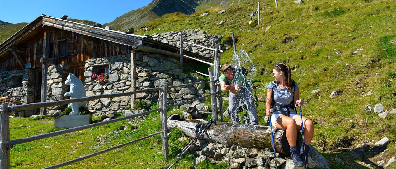 Wanderer Spaß Brunnen Gartalm