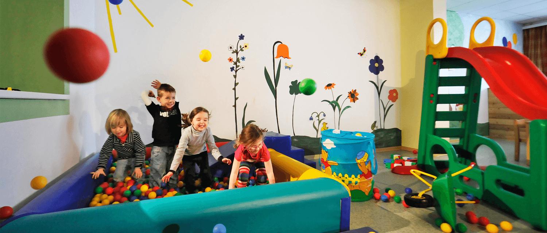 Gästekindergarten Zillertal Kinder im Bällebad