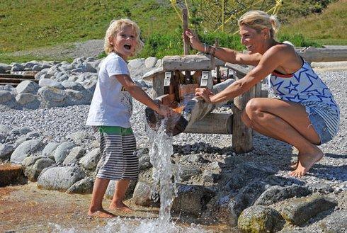 Spielplatz mit Wasser für Kinder