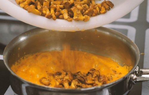 Eierschwammerl in Sauce geben