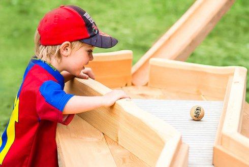 Kind spielt mit Holzkugelbahn Zillertal