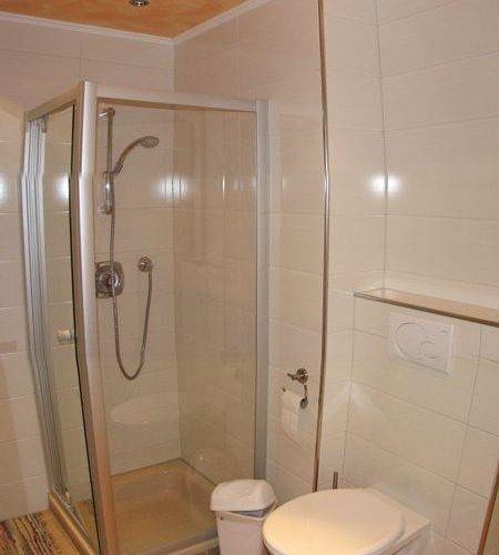 Neuer-gemeinsamer-Aufenthaltsraum-Bad-Dusche.jpg